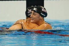 Simmaren Leah Smith (R) gratulerar den olympiska mästaren Katie Ledecky av USA efter seger på kvinnors 800m fristil Royaltyfria Foton