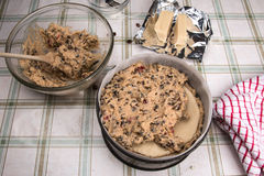 Simnel蛋糕传统英国复活节蛋糕,增加的更多蛋糕混合物 库存图片