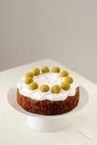 Simnel, домодельный торт пасхи английского языка с королевской замороженностью и 11 Стоковая Фотография RF