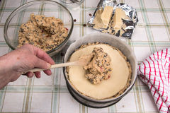 Simnel蛋糕传统英国复活节蛋糕,增加更多的手蛋糕混合物 免版税库存照片