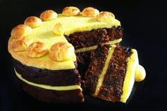 Simnel-Kuchen lokalisiert auf schwarzem Hintergrund Lizenzfreie Stockbilder