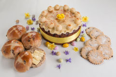 Simnel-Kuchen traditioneller Kuchen Briten Ostern, mit Marzipanbelag und den traditionellen 12 Bällen des Marzipans Stockfotos