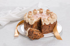 Simnel-Kuchen traditioneller Kuchen Briten Ostern, mit Marzipanbelag und den traditionellen 12 Bällen des Marzipans Stockbild
