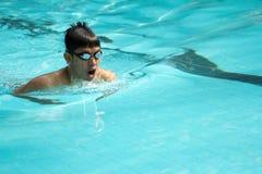 Simning för bröstslaglängd Royaltyfria Foton
