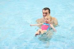 simning för dotterfaderpöl royaltyfri bild