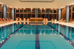 simning för exklusiv pöl royaltyfri foto