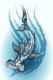 Simning för Hammerheadhaj till och med vatten Arkivfoton
