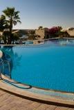 simning för hotellpölsemesterort Arkivbild