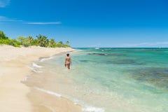 Simning för kvinna för destination för paradisstrandsemester arkivfoton