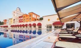 simning för pöl för strandhotell lyxig Typunderhållningkomplex Amara Dolce Vita Luxury Hotel semesterort Tekirova Royaltyfri Bild