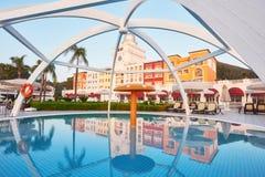 simning för pöl för strandhotell lyxig Typunderhållningkomplex Amara Dolce Vita Luxury Hotel semesterort Tekirova Arkivfoto