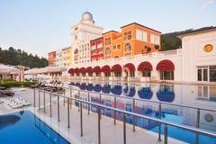 simning för pöl för strandhotell lyxig Typunderhållningkomplex Amara Dolce Vita Luxury Hotel semesterort Tekirova Fotografering för Bildbyråer