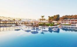 simning för pöl för strandhotell lyxig Typunderhållningkomplex Amara Dolce Vita Luxury Hotel semesterort Tekirova Arkivbilder