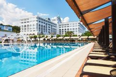 simning för pöl för strandhotell lyxig Typunderhållningkomplex Amara Dolce Vita Luxury Hotel semesterort Tekirova Arkivfoton