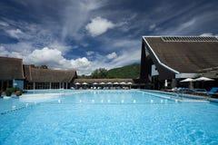 simning för phuket pölsemesterort Arkivfoton