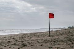 Simning för röd flagga som förbjudas på stranden Royaltyfri Bild