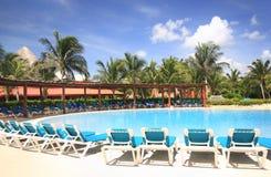 simning för semesterort för strandhotellpöl arkivbilder