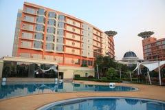 simning för sida för lyxig pöl för hotell rik royaltyfria bilder