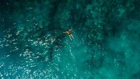 Simning för ung kvinna i härliga Azure Ocean arkivfoton