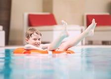 Simningpojke i pöl Royaltyfri Foto