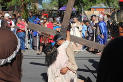 Simon aide la reconstitution de Jésus de la passion Image stock