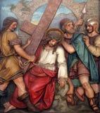 Simon av Cyrene bär korset, 5th stationer av korset Arkivbild
