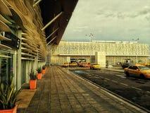 Simon Bolivar Airport con la struttura della scogliera immagine stock libera da diritti