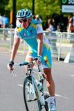 Simon Clarke d'Astana partant du chemin Images stock