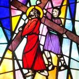 Simon de Cyrene ajuda Jesus a Carry His Cross fotografia de stock
