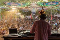 Simon Posford che gioca sulla fase del club di HillTribe in Goa, India Fotografie Stock