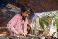Simon Posford che gioca sulla fase del club di HillTribe in Goa, India Fotografia Stock Libera da Diritti
