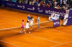 Simona Halep och Lara Arruabarrena honnör efter QF av Bucharest öppen WTA royaltyfria bilder
