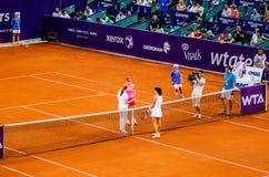 Simona Halep och Lara Arruabarrena under QFEN av Bucharest öppen WTA arkivfoton