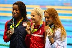Simone Manuel L los E.E.U.U., Pernille Blume DNK y Aliaksandra Herasimenia BLR durante ceremonia de la medalla después del ` s de imagenes de archivo