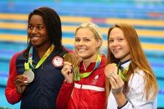 Simone Manuel L USA, Pernille Blume DNK och Aliaksandra Herasimenia BLR under medaljceremoni efter kvinna` s 50 meter fristil Arkivfoto