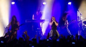 Simone Simons mit ihrer Band im Konzert lizenzfreie stockfotos