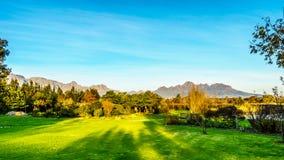 Simonsberg et la chaîne de montagne de la Hottentot-Hollande entourant les vignobles dans la région de vin de Stellenbosch photo libre de droits