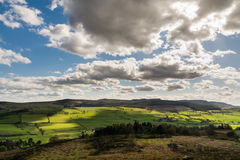Simonside-Hügel von Rothbury-Terrassen stockbild