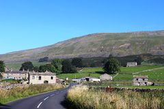 Simonstone, Wensleydale, North Yorkshire, England. Looking along the country road into Simon Stone (Simonstone) in Wensleydale, North Yorkshire, England with Stock Image