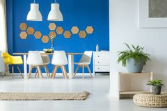 Free Simple Blue Dining Room Royalty Free Stock Photo - 112677355