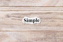 Simple du mot sur le papier Concept Mots de simple sur un fond en bois Images libres de droits