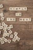 Simple es el mejor lema escrito con las letras del cubo foto de archivo