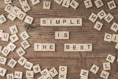 Simple es el mejor lema escrito con las letras del cubo fotos de archivo libres de regalías