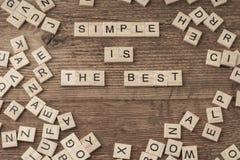 Simple es el mejor lema escrito con las letras del cubo fotos de archivo