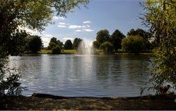 Simples fontaine et parc de Diss Photographie stock