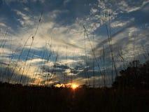 A simplicidade e a calma de um por do sol do país Imagem de Stock