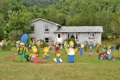 Simpsons charakters framme av ett hus fotografering för bildbyråer