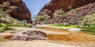 Simpsons Gap is één van de hiaten in de West-Macdonnell Ranges op het Noordelijke Grondgebied van Australië stock afbeeldingen
