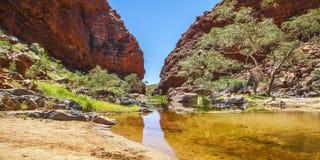 Simpsons Gap est l'une des lacunes dans les chaînes occidentales de MacDonnell dans le territoire du nord de l'Australie photographie stock