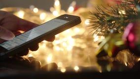 Simsen einer Mitteilung am Telefon auf Heiliger Nacht, Nacht des neuen Jahres stock footage